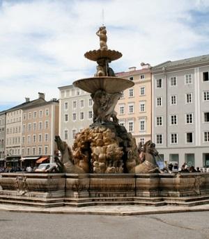 Зальцбургская резиденция, фонтан на площади перед дворцом