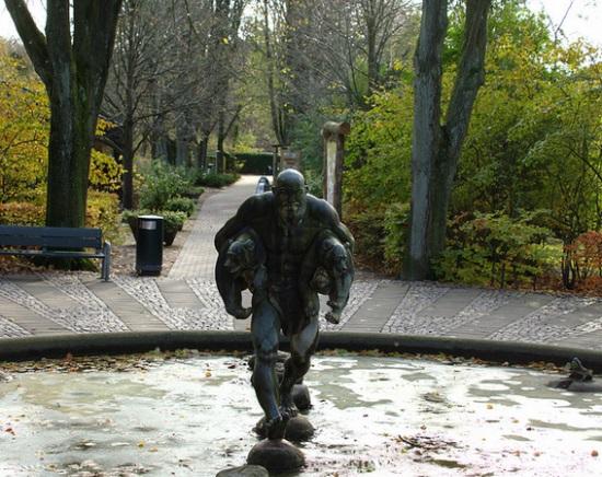 Скульптура у входа в зоопарк в Ольборге