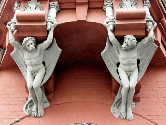 Мифические создания на фасаде замка барона Штейнгеля