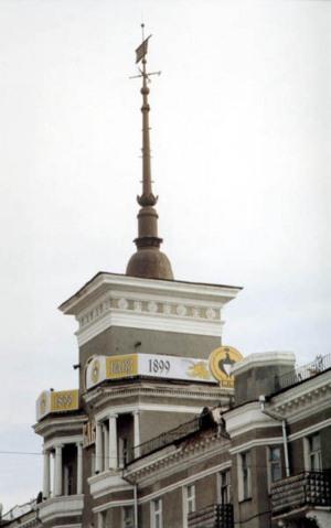 Башня на доме под шпилем имеет высоту в 15 метров
