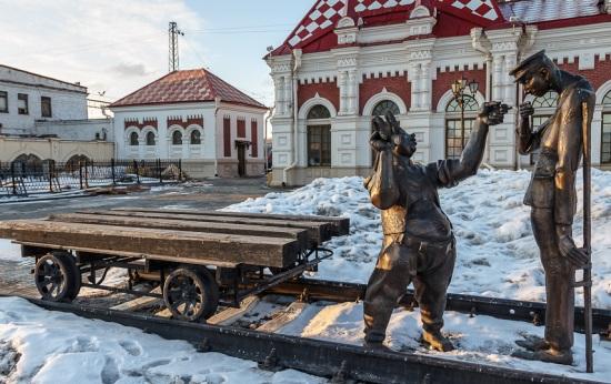 Скульптуры перед зданием старого вокзала в Екатеринбурге