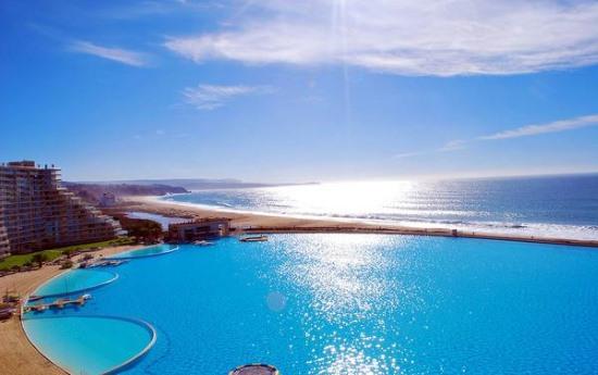 Самый большой в мире бассейн в Сан-Альфонсо-дель-Мар