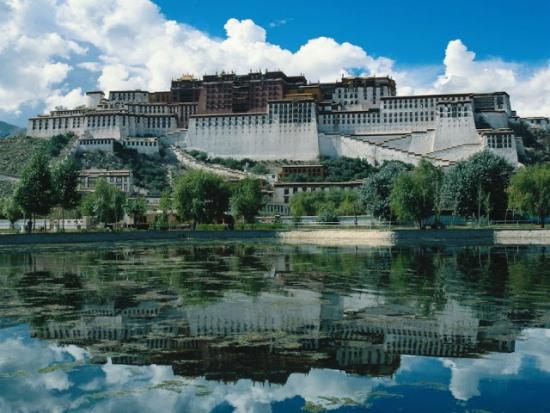 Озеро возле Двореца Потала в Тибете